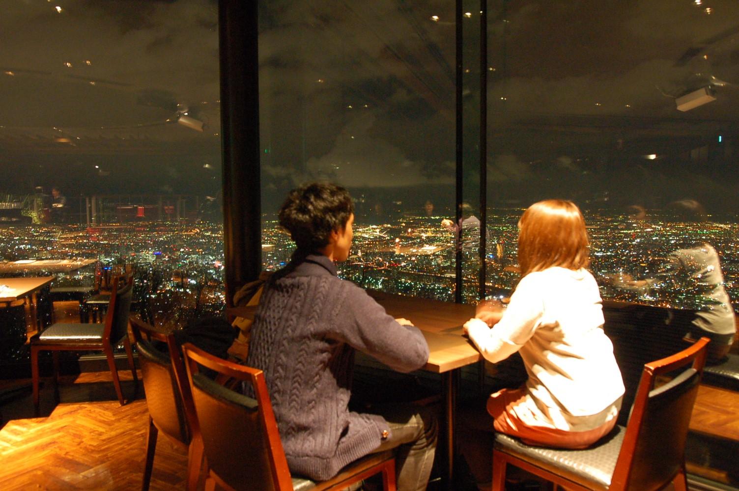 ▲眼下に夜景が広がるレストラン「ザ ジュエルズ」