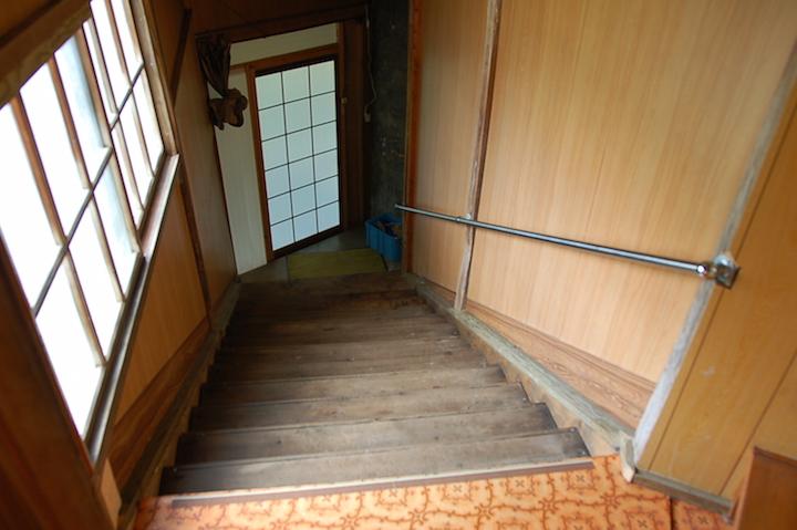 明治時代からの湯船につかれる、濁川温泉郷の「新栄館」